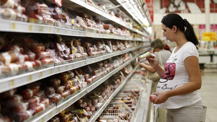 Une cliente fait ses courses dans les allées d'un supermarché à Moscou (Russie), le 18 août 2014. (MAXIM ZMEYEV / REUTERS)