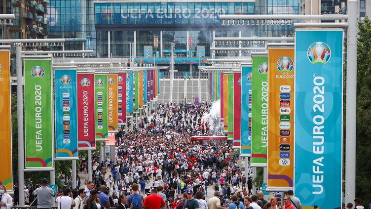 Les supporters anglais se rendent à Wembley pour la finale de l'Euro, le 11 juillet à Londres. (CHRISTIAN CHARISIUS / PICTURE ALLIANCE)