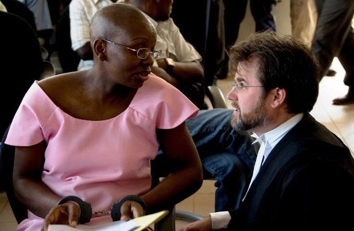 L'opposante rwandaise Victoire Ingabire, menottée, parle avec l'un de ses avocats lors de son procès, le 5 septembre 2011 à Kigali (Rwanda). Elle est accusée de négationisme et d'avoir fomenté des divisions ethniques. (STEVE TERRILL / AFP)