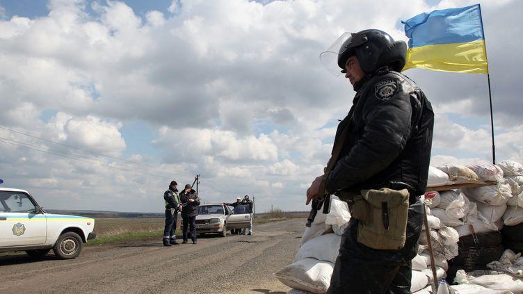 Un soldat ukrainien, le 15 avril 2014, à Barvinkove (Ukraine). (ANATOLIY STEPANOV / AFP)