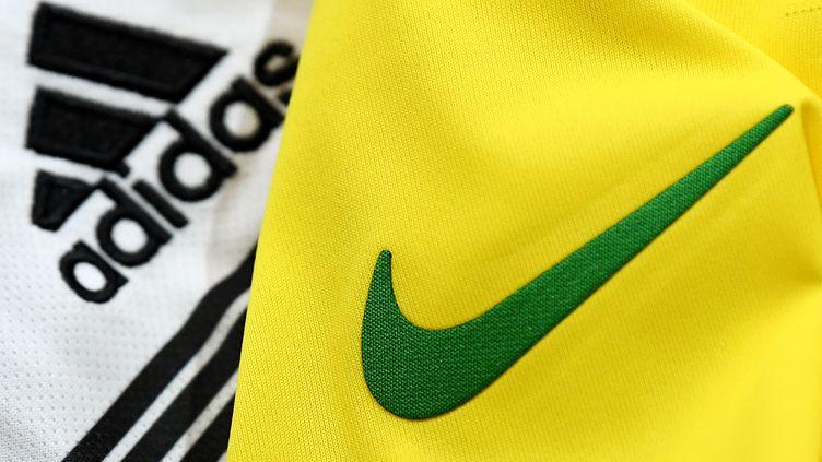 Nike et Adidas figurent parmi les équipementiers d'équipes participant à la Coupe du monde de football 2018. (FRANCK FIFE / AFP)