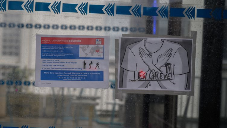 Des soignants engrève pour exiger des améliorations de leurs conditions de travail doivent faire face au début de l'épidémie de coronavirus Covid-19 au CHU de Nantes (Loire-Atlantique), le 27 février 2020. (ESTELLE RUIZ / NURPHOTO / AFP)