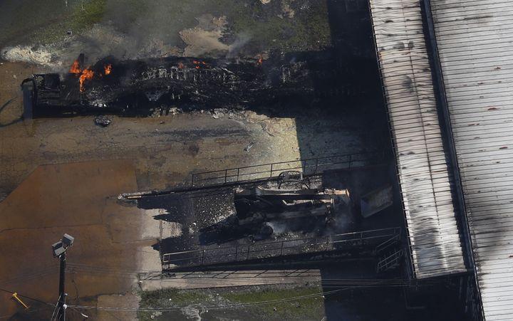 Le feu brûle dansune usine de produits chimiques près de Crosby (Texas), le 31 août 2017. (ADREES LATIF / REUTERS)