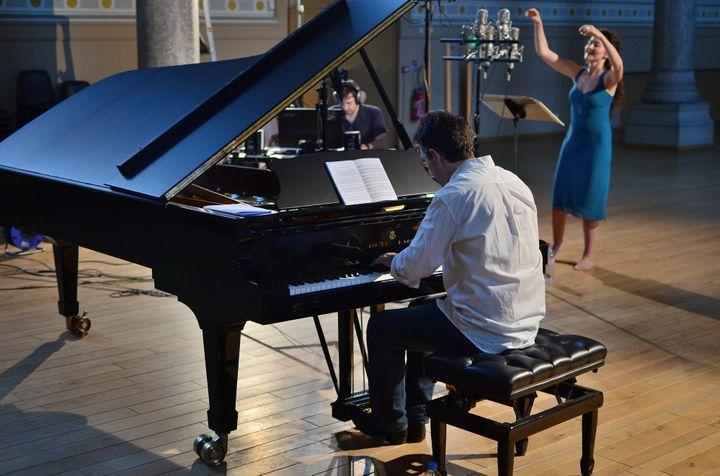 """Pascal Jourdan et Stéphanie d'Oustrac pendant une séance d'enregistrement du disque """"Invitation au voyage"""".  (Bertrand Pichène)"""