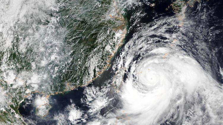 Une image satellite du typhon Lekima approchant le sud-est de la Chine, le 10 août 2019 (HO / NOAA / AFP)