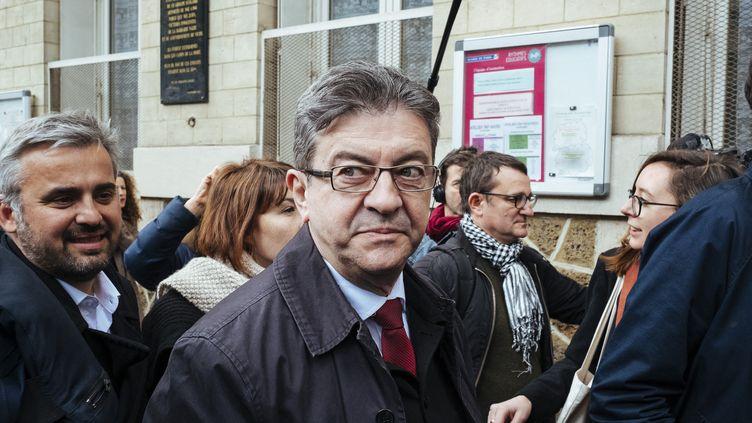 Jean-Luc Mélenchon arrive dans son bureau de vote, à Paris, le 23 avril 2017. (DENIS MEYER / HANS LUCAS / AFP)