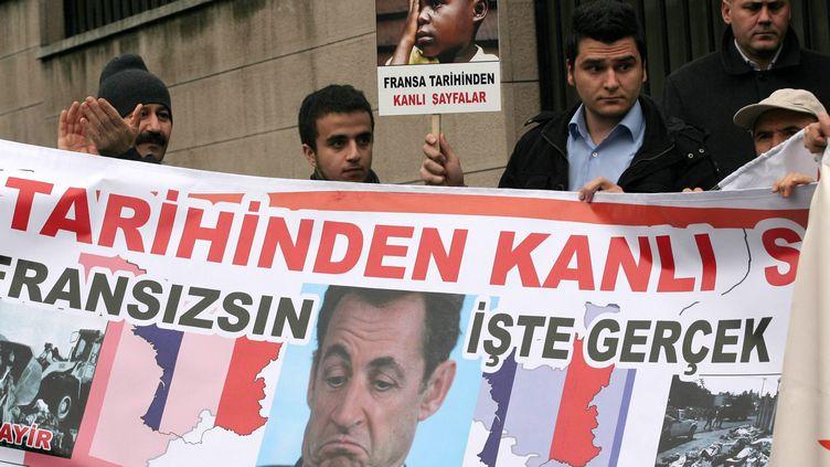 A Ankara (Turquie), des militants du Parti pour la justice et le développement protestent contre le vote par la France d'une loi condamnant la négation du génocide arménien, le 23 décembre 2011. (ADEM ALTAN / AFP)