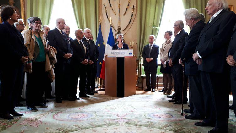 Geneviève Darrieusecq secrétaire d'Etat auprès de la ministre des armées entourée des anciens appelés, le 30 avril. (BENJAMIN ILLY / FRANCE-INFO)