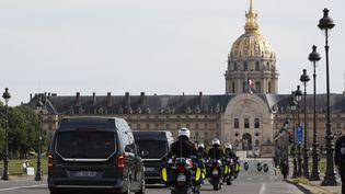 Les corps de deux légionnaires sont escortées jusqu'aux Invalides, à Paris, le 7 mai 2020. (THOMAS COEX / AFP)