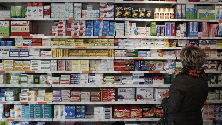 Une femme devant les rayonnages d'une pharmacie de Caen (Calvados), le 16 novembre 2012. (CHARLY TRIBALLEAU / AFP)
