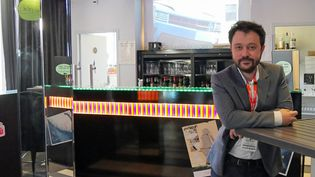 L'auteur de BD et réalisateur Riad Sattouf au bar de l'hôtel Mercure, à Angoulême, en janvier 2016. (LAURENCE HOUOT / CULTUREBOX)