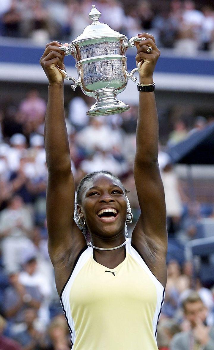 Serena Williams soulève le trophée de l'US Open à Flushing Meadows (New York, Etats-Unis), le 11 septembre 1999. (TIMOTHY A. CLARY / AFP)