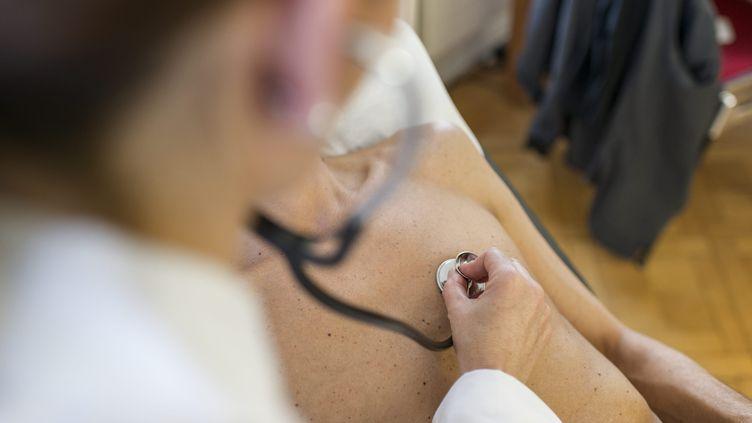 """Face aux """"résultats médiocres"""" des conventions médicales, la Cour des comptes propose d'obliger les médecins libéraux à limiter leurs honoraires (Illustration). (MAXPPP)"""