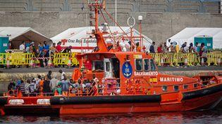 Bateau des gardes-côtes espagnols dans le port d'Aguineguin aux îles Canaries. A son bord, plusieurs dizaines de migrants ayant quitté les côtes africaines et recueillis par la Croix-Rouge. Grande Canarie, le 8 septembre 2020. (DESIREE MARTIN / AFP)