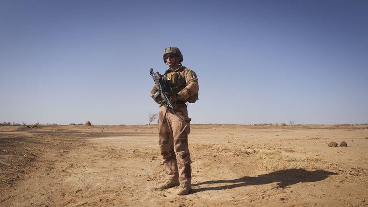 Un soldat français de l'opération Barkhane, au nord du Burkina Faso, en novembre 2019. (MICHELE CATTANI / AFP)
