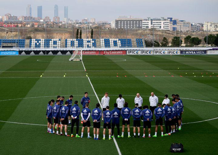 A l'entraînement, les joueurs du Real Madrid ont respecté une minute de silence à la mémoire de Raymond Kopa, décédé ce vendredi à l'âge de 85 ans.
