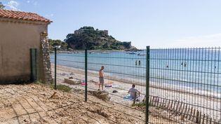 Une plage publique longe le chemin privé qui mène au fort de Brégançon (Var), le 29 juin 2014. (ELODIE DROUARD / FRANCETV INFO)