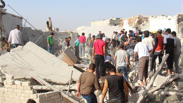 La population dan,s lesdécombres après des attaques barils d'explosifs sur les zones résidentielles de Tal Rifaat, dans laville d'Alep (Syrie) le Juin 03 2015 ( ANADOLU AGENCY / AFP)