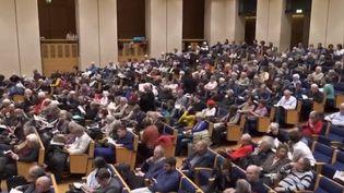 La soif de savoir rassemble un public de plus en plus nombreux dans les amphithéâtres pour des conférences diverses et variées. (FRANCE 2)