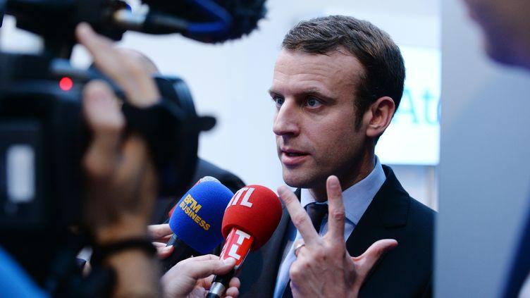 Le ministre de l'Economie, Emmanuel Macron, parle auxjournalistes, le 12 avril 2016 à Paris. (ERIC PIERMONT / AFP)