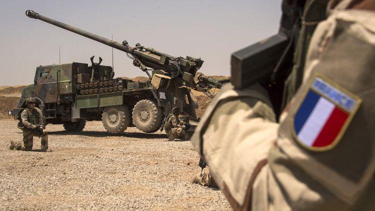 Les soldats français deTask Force Wagram près d'uncanon Caesar,près de Mossoul (Irak). (FADEL SENNA / AFP)