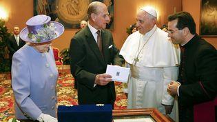 La Reine Elizabeth II, le Prince Philip et le pape François lors de leur première rencontre, le 3 avril 2014 au Vatican. (STEFANO RELLANDINI / POOL / AFP)
