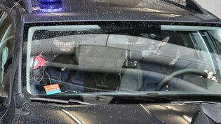Un véhicule de police quitte le palais de justice de Bruxelles (Belgique) après la comparution d'Ali Oulkadi, le 14 janvier 2016. (BRUNO FAHY / BELGA MAG / AFP)