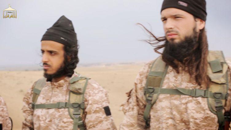 Une capture d'une vidéo de l'Etat islamique, diffusée le 16 novembre 2014, montrantMaxime Hauchard (à droite), un Normand de 22 ans qui a rejoint les jihadistes en 2013. (AL-FURQAN MEDIA / AFP)