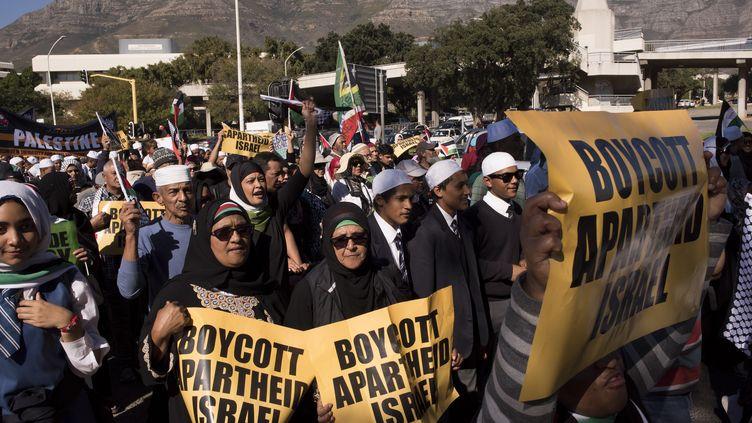 Des milliers de personnes défilent dans le centre-ville du Cap en Afrique du Sud, le 15 mai 2018.Ils protestent contre la mort la veille de 55 Palestiniens lors d'affrontements avec l'armée israélienne après le transfert de l'ambassade des Etats-unis de Tel-Aviv à Jérusalem. (RODGER BOSCH / AFP)
