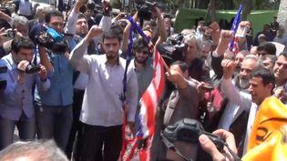 Iran : à Téhéran, des conservateurs brûlent le drapeau américain. (Radio France)