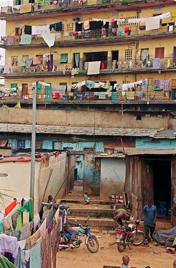 Un immeuble à Abidjan, juin 2000.     (ISSOUF SANOGO/AFP)
