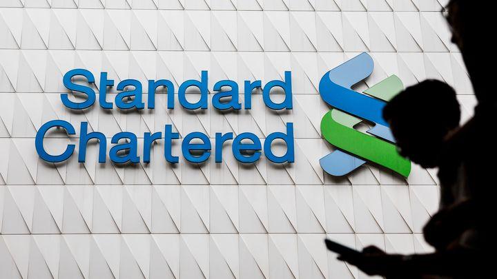Logo de la banque Standard Chartered, mise en cause dans les FinCEN Files, à Hong Kong, le 2 août 2017. (ISAAC LAWRENCE / AFP)