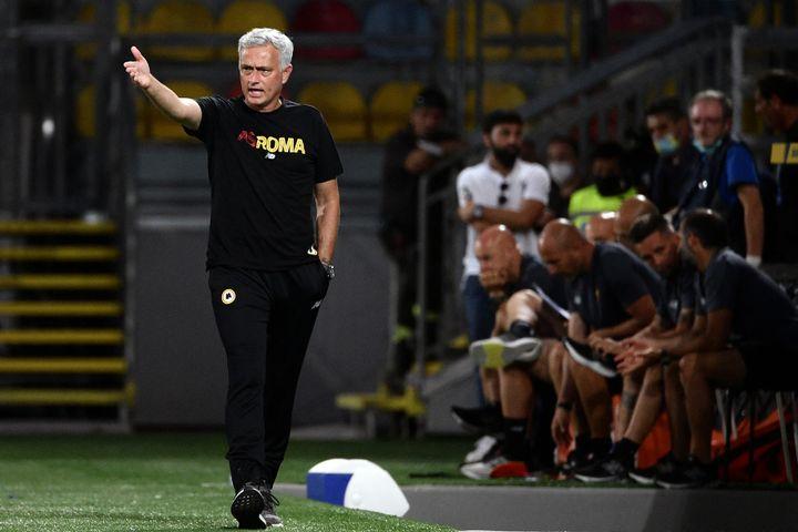 José Mourinho sur le banc romain lors d'un match amical, le 25 juillet 2021. (FILIPPO MONTEFORTE / AFP)