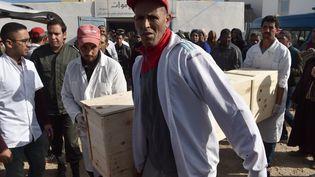 Un cercueil porté par les familles après la bousculade mortelle dansle village deSidi Boulaalam au Maroc, le 20 novembre 2017 (FADEL SENNA / AFP)