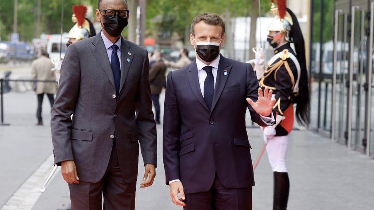 Le président rwandais, Paul Kagame, et son homologue français, Emmanuel Macron, à Paris, le 17 mai 2021. (LUDOVIC MARIN / AFP)