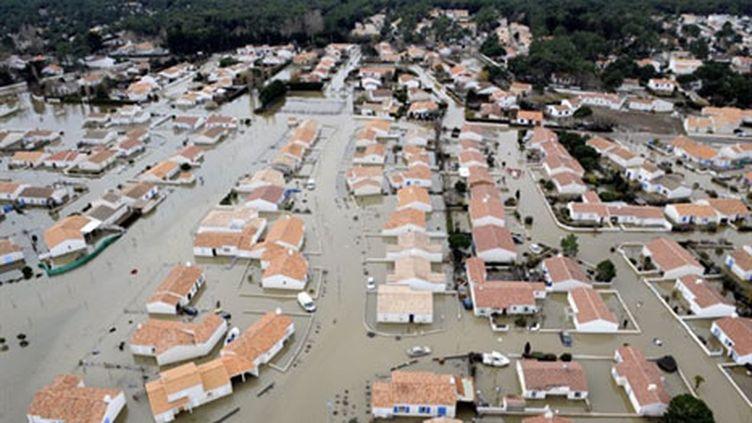 Vue aérienne réalisée le 3 Mars 2010, en Vendée, de rues inondées après le passage de la tempête Xynthia (AFP - Bertrand Guay)