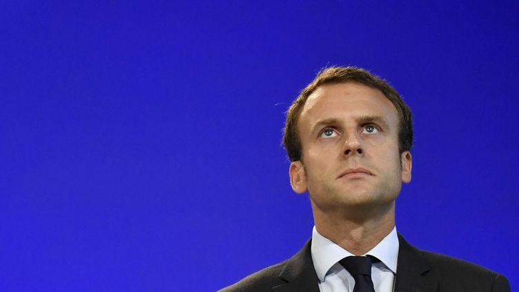 Emmanuel Macron le 31 août 2016 lors de la passation de pouvoir avec Michel Sapin à Bercy. (PHILIPPE LOPEZ / AFP)