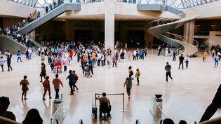 Les visiteurs du musée du Louvre au point de rendez-vous du hall, sous la grande pyramide. (RAQUEL MARIA CARBONELL PAGOLA / LIGHTROCKET)