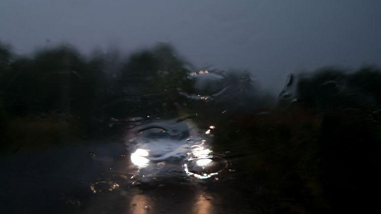 Une voiture sous un orage, en France. (LAURENT FERRIERE / HANS LUCAS / AFP)
