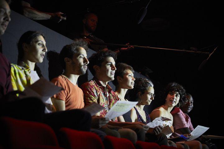 """""""Le présent qiu déborde - Notre Odyssée II"""" de Christiane Jatahy : les comédiens de la troupe installés sur les fauteuils. (CHRISTOPHE RAYNAUD DE LAGE / FESTIVAL D'AVIGNON)"""