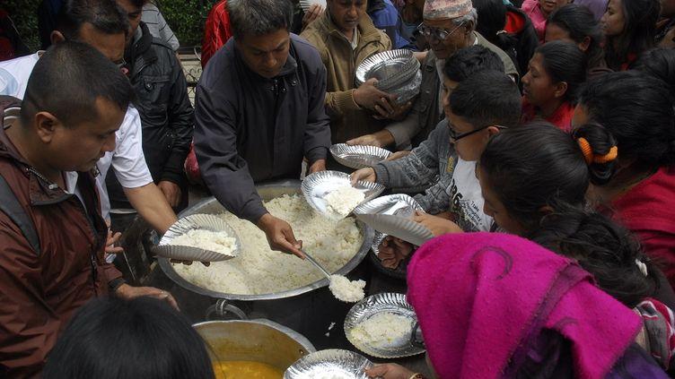 Distribution de nourriture aux sinistrés à Patan (Népal), le 26 avril 2015. (CITIZENSIDE / BIKASH KHADGE / AFP)