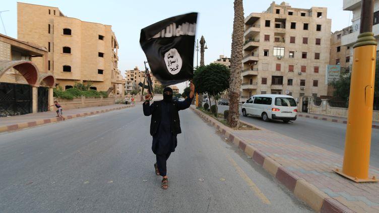 Un combattant du groupe Etat islamique dans les rues de Raqqa (Syrie), le 29 juin 2014. (REUTERS)