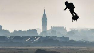 Le beffroi de Calais se dessine à l'horizon alors que Franky Zapata décolle de Sangatte (Pas-de-Calais) pour sa traversée de la Manche en Flyboard, le 4 août 2019. (DENIS CHARLET / AFP)