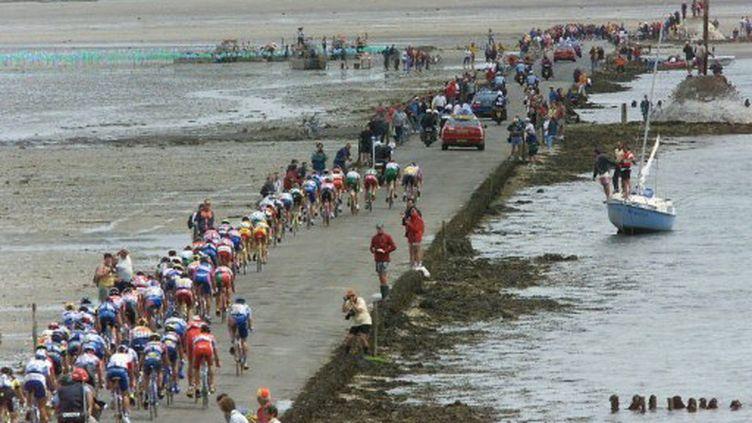 La Tour de France emprunte le passage du Gois en 1999 (PATRICK KOVARIK / AFP)