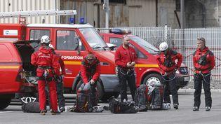 Des secouristes s'apprêtent à décoller de Digne-les-Bains (Alpes-de-Haute-Provence) pour rejoindre la zone du crash de l'Airbus A320, le 24 mars 2015. (JEAN-PAUL PELISSIER/ REUTERS)