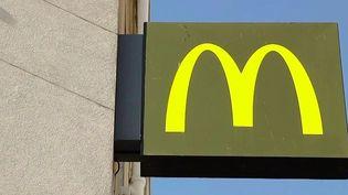 Pourquoi l'enseigne McDonald's vend-elle aussi cher ses verres d'eau, et en a-t-elle le droit ? Enquête. (FRANCE 2)