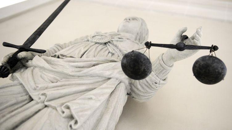 Une statue de marbre représentant Themis, la déesse de la justice, au tribunal de Rennes (Ille-et-Vilaine). (DAMIEN MEYER / AFP)