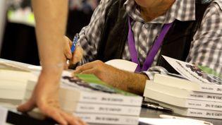 Robert Paturel, lors d'une séance de dédicace au Shooting and Games Show, le 9 septembre 2011 à Paris. (MAXPPP)