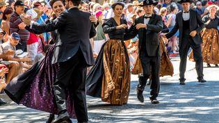 Les danses de couple pendant la grande parade du Festival Interceltique 2018. (MAUD DUPUY / HANS LUCAS)