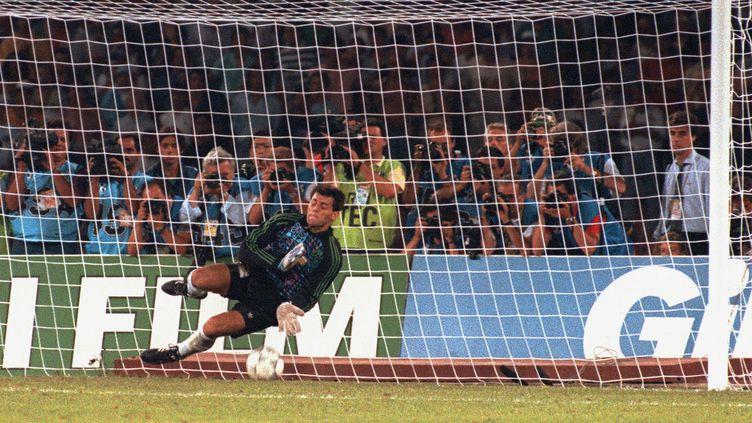Le gardien argentin Sergio Goycochea stoppe le penalty de l'Italien Roberto Donadoni en demi-finale de la Coupe du monde 1990, à Naples, le 3 juillet. Son secret : faire pipi sur le point de penalty. (DANIEL GARCIA / AFP)